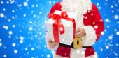 Man in costume of santa claus with gift box — Stok fotoğraf