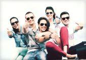 Adolescentes mostrando los pulgares para arriba — Foto de Stock