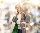 Uśmiechnięta młoda kobieta z torby na zakupy — Zdjęcie stockowe