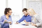 Glimlachend team met-pc-tafel en papieren werken — Stockfoto