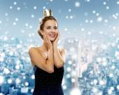 Smiling woman in evening dress wearing crown — Stockfoto