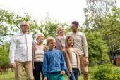 幸福的家庭在房子户外 — 图库照片