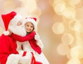 サンタ クロースと笑顔の少女 — ストック写真