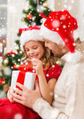 Smiling father and daughter holding gift box — Stockfoto