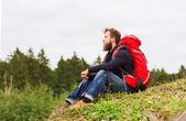 ハイキングのバックパックを持つ男 — ストック写真