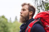 Smiling man with beard and backpack hiking — ストック写真