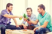 S úsměvem přátelé s pivem a pizza visí ven — Stock fotografie