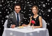 Leende par äta efterrätt på restaurang — Stockfoto