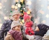 Happy family in winter clothes outdoors — Stockfoto