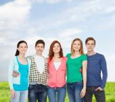 Groep lachende studenten permanent — Stockfoto