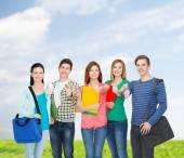 Группа улыбающихся студентов стоя — Стоковое фото