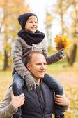 šťastná rodina baví v podzimním parku — Stock fotografie