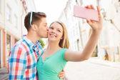 Lächelnd paar mit Smartphone in Stadt — Photo