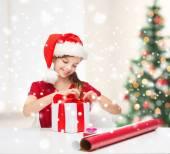 ギフト ボックス付きサンタ クロース ヘルパー帽子笑顔の女の子 — ストック写真