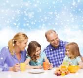朝食を持つ 2 人の子供と幸せな家庭 — ストック写真