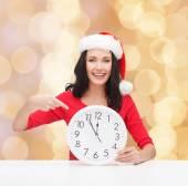 Uśmiechający się włos w santa hat pomocnika z zegarem — Zdjęcie stockowe