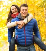 Smiling friends having fun in autumn park — Stockfoto