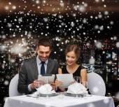 Usmívající se pár v restauraci — Stock fotografie