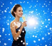 女性持株グラス スパーク リング ワインの笑みを浮かべてください。 — ストック写真