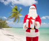 Man in costume of santa claus with gift box — ストック写真