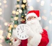 Man in costume of santa claus with clock — 图库照片