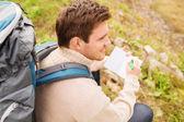 Leende man med ryggsäck vandring — Stockfoto