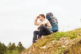 Man med ryggsäck vandring — Stockfoto