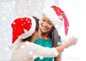 ギフト用の箱との幸せな母と子の女の子 — ストック写真