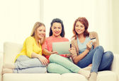 Teenage girls with tablet pc and credit card — Photo