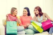 多くの買い物袋を持つ 10 代の少女の笑顔 — ストック写真
