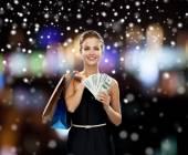 Usmívající se žena v šatech s nákupní tašky — ストック写真