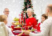 Улыбающиеся семьи праздничный обед у себя дома — Стоковое фото