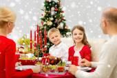 Gülümseyen aile tatil evde yemek — Stok fotoğraf