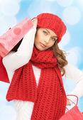 Alışveriş torbaları ile gülümseyen genç kadın — Stok fotoğraf