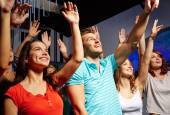 Smiling friends at concert in club — Foto Stock
