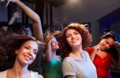 Smiling friends dancing in club — Foto Stock