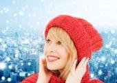 微笑着的年轻女子,在冬天的衣服 — 图库照片