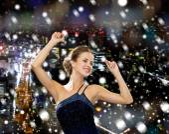 Sonriente mujer bailando con levantó las manos — Foto de Stock