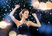 面带笑容的女人跳舞举起手 — 图库照片