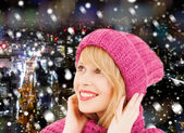 Mulher jovem sorridente em roupas de inverno — Fotografia Stock