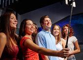 Друзья с селфи делающего смартфона в клубе — Стоковое фото