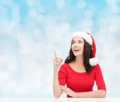 Uśmiechający się w santa hat pomocnik — Zdjęcie stockowe