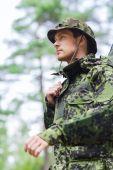 年轻的士兵或猎人在森林里的枪 — 图库照片