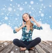 Mulher jovem em fones de ouvido, ouvir música — Fotografia Stock