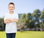 Lächelnd kleiner junge im weißen leeren t-shirt — Stockfoto