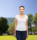 Lächelnde junge frau in leeren weißen t-shirt — Stockfoto