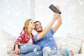 タブレットの pc は自宅でコンピューターと笑みを浮かべてカップル — ストック写真