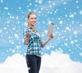 Usměvavá dívka s počítači tablet pc — Stock fotografie