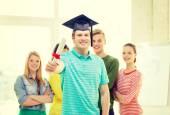 Ler manlig student med diplom och hörn-cap — Stockfoto