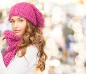 Jonge vrouw in winterkleren — Stockfoto